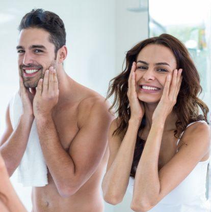 Muž a žena si natierajú krém na tvár