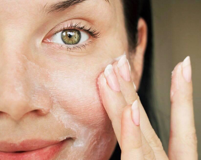 Žena si natiera Hydro Balance Face Cream na pleť